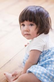 床に座る子供