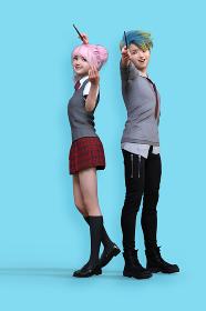 青バックの前で、魔法の杖を持って笑顔でポーズをとる高校生の若い男女2人
