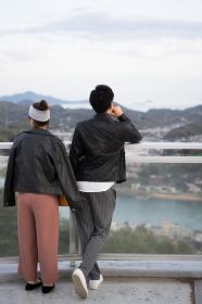 景色を眺めるカップル(日本・広島・尾道)