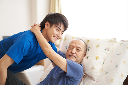 高齢者を抱える男性介護士