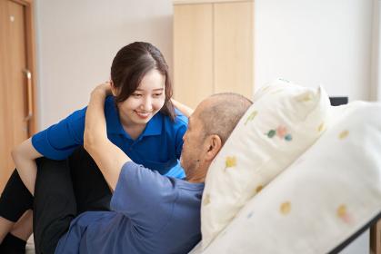 高齢者を抱える女性介護士