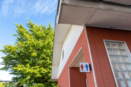 公衆トイレと青空