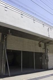 鉄道のガード下の空き倉庫