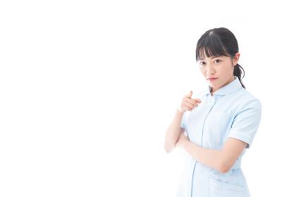怒りを感じる若い看護師