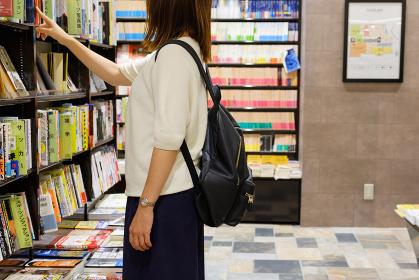 立ち読みをする女性 書店 本屋 雑誌 興味 調べ物
