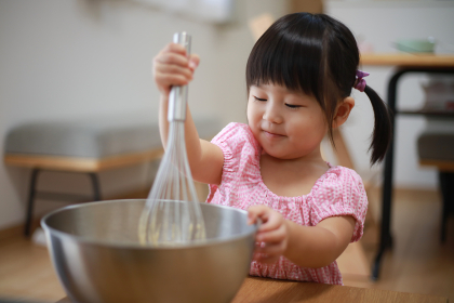 料理する女の子