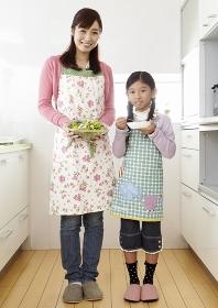 キッチンの母親と娘