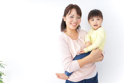子どもを抱っこする母