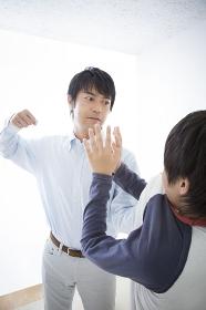 暴力をふるう父とおびえる息子