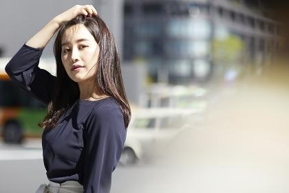 髪をかきあげる日本人女性のポートレート