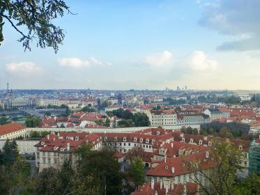 チェコ・プラハ市街地の展望台にて赤い屋根が連なるプラハ全体の街並み