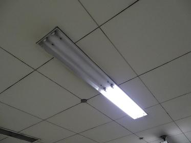 地下鉄駅ホームの節電消灯の蛍光灯