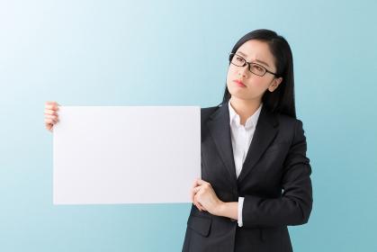 ホワイトボードを持つ女性 ビジネス 考える