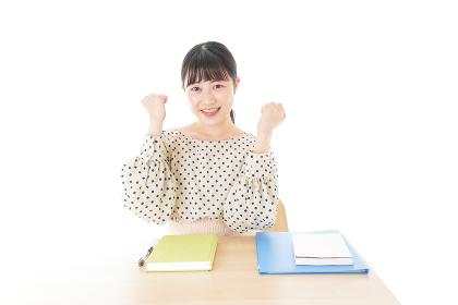 ガッツポーズをする笑顔の女子学生