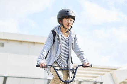 自転車に乗っている日本人中学生