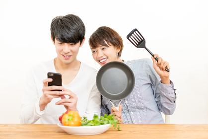 野菜・カップル・国際結婚・スマートフォン