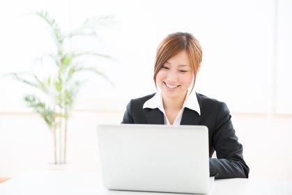 パソコンを見る女性 ビジネス