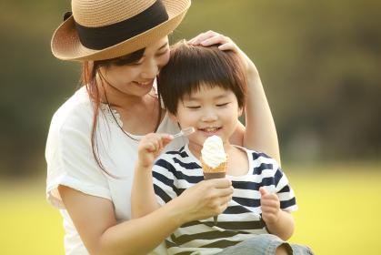 ソフトクリームを食べる親子