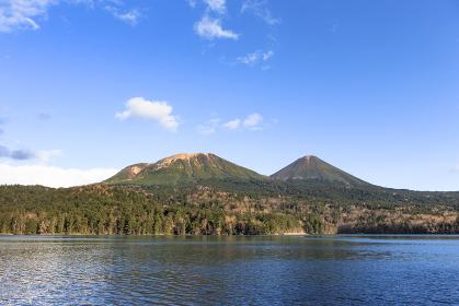 日本・北海道東部の国立公園、秋のオンネトー