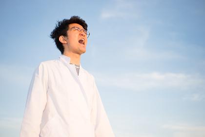 白衣で叫ぶ男性(大声を出す)(医者・科学者・学者・医療従事者イメージ)