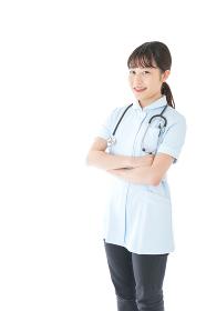 腕を組む若い看護師