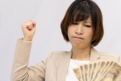 お金の使い道に悩む女性【2020】