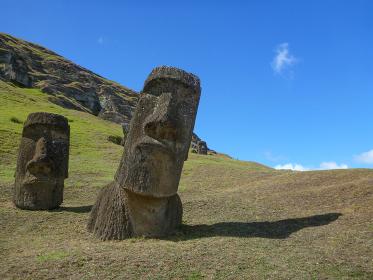 チリ・イースター島にて製造工場ラノララクにあるモアイ像と青空