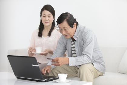 ネットショッピングをするシニア夫婦