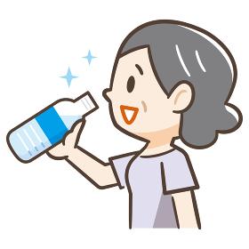 ペットボトルの水を飲む高齢者女性