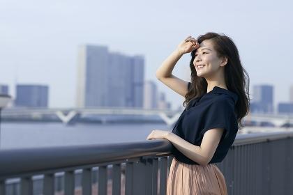 遠くを見る日本人女性のポートレート