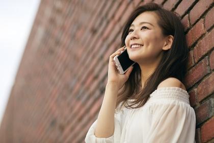 携帯電話で通話する日本人女性のポートレート