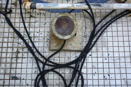 老朽化した配水管と照明器具