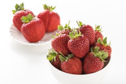 白い明るい板で撮影された、フレッシュで甘いイチゴ