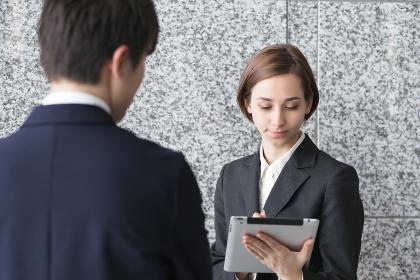 タブレットPCでミーティングをする女性