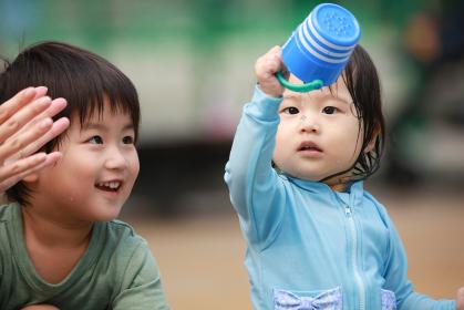 水遊びする子供たち