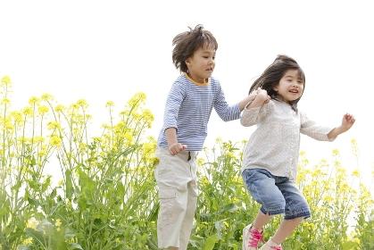 手を繋いでジャンプする子供