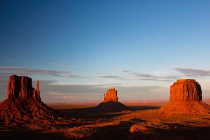 アメリカ・ユタ州アリゾナ州のモニュメントバレーにて夕日前の赤く染まるミトンビュート