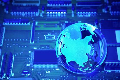 青色の電子回路基板とガラスの地球儀