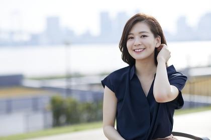 髪をおさえる日本人女性のポートレート