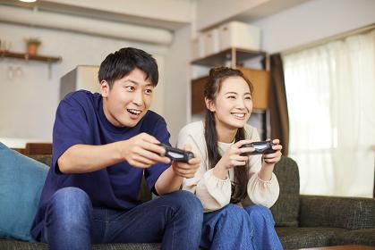 ゲームをする日本人カップル