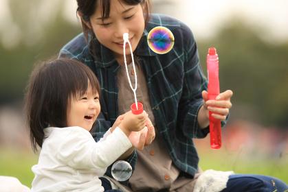 しゃぼん玉で遊ぶ親子
