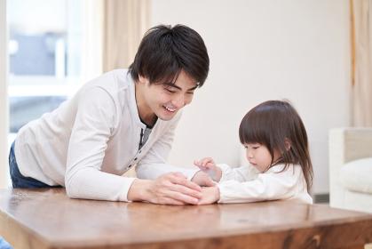 パパと一緒にタブレットを見るアジア人の女の子