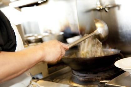 炒め物をする調理師の手元