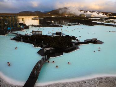 アイスランド・レイキャビク近郊にて世界最大の露天風呂の温泉施設ブルーラグーン全景