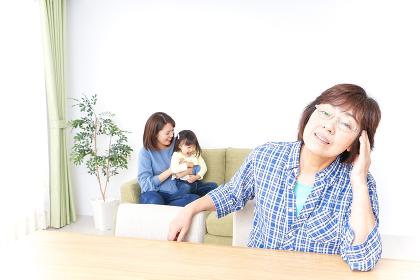 ふるさとに子供と帰省する家族