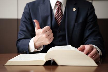 グッドサインをする弁護士の手元