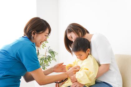 子供の診察をする小児科クリニック