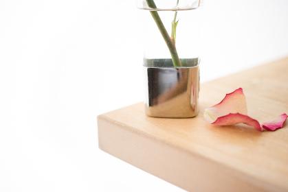 花瓶とバラの花びら