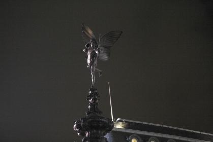 ピカデリーサーカスエロス像夜景