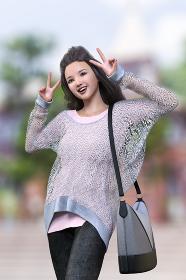 観光地の建物の前でざっくり編みのニットとジーンズを着た前髪をあげている黒のロングヘアの女の子が両手でピースサインをしている